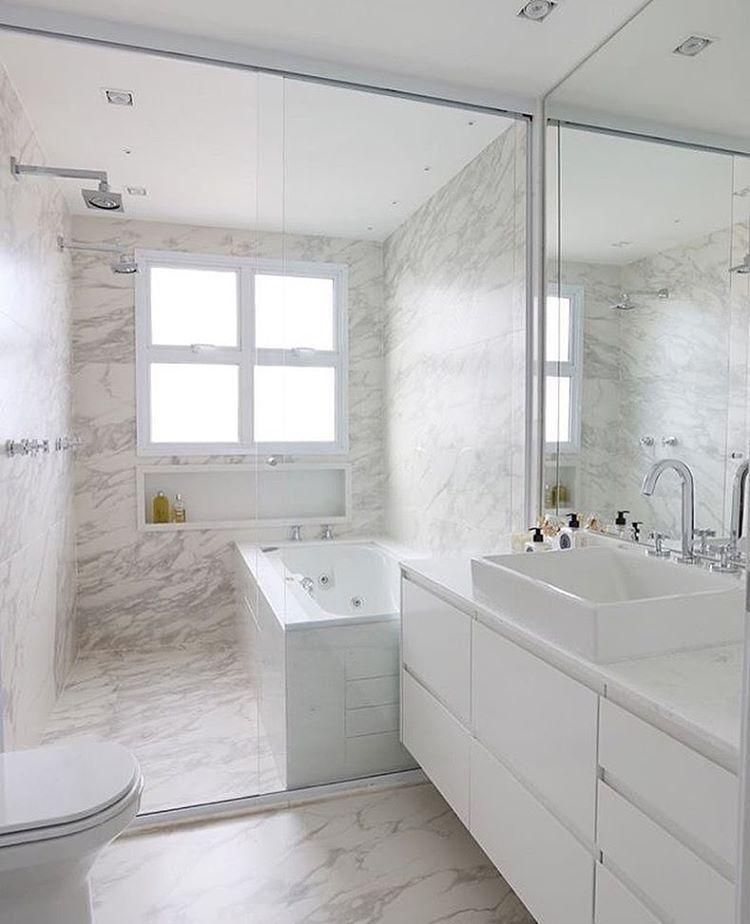 Banheiro l Destaque para o porcelanato que imita mármore revestindo piso e pa -> Banheiro Decorado Com Porcelanato Imitando Madeira