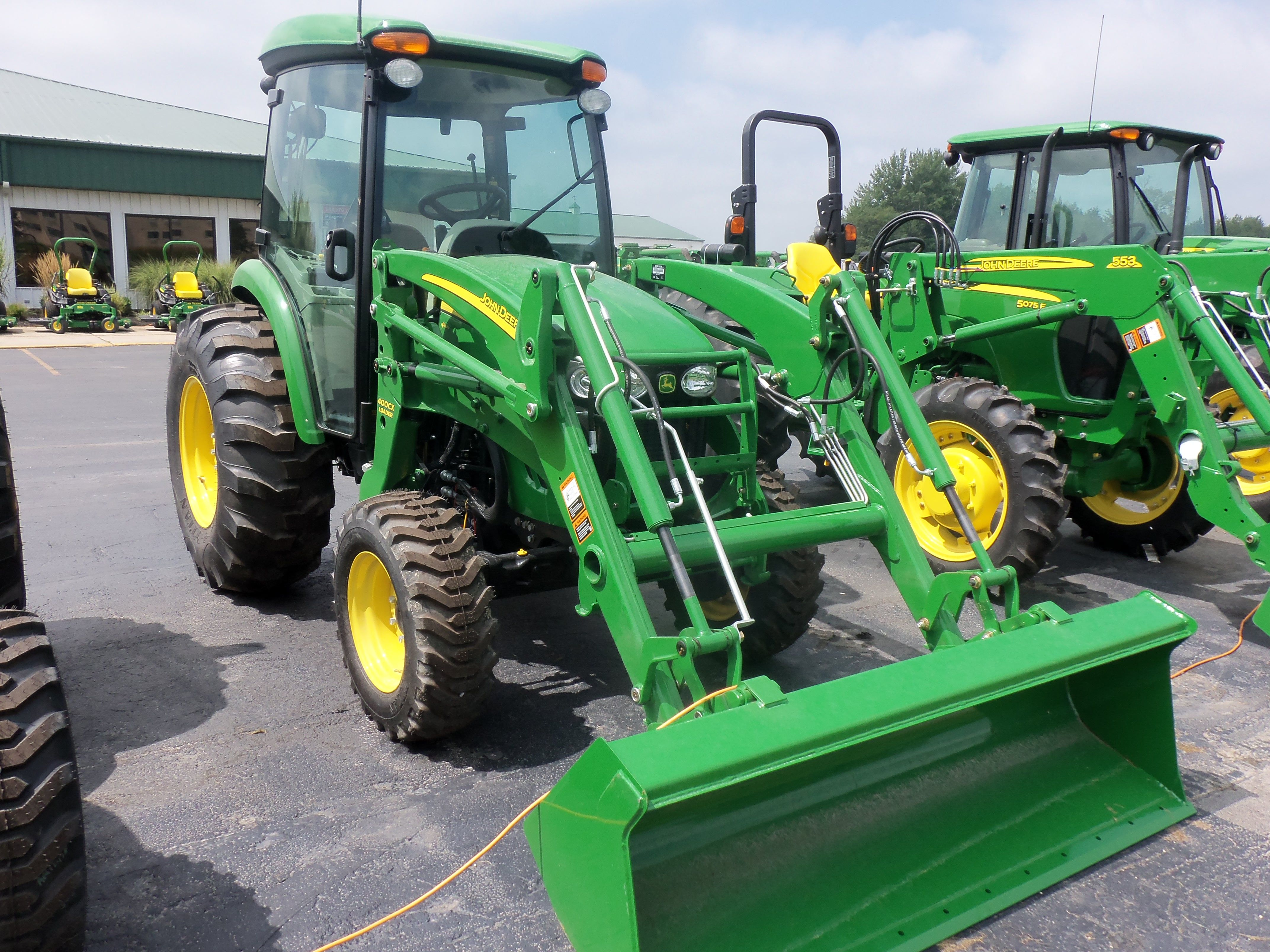 66 engine 56 pto hp john deere 4720 cab tractor with 400cx loader turbocharged 149 cid diesel 3 700 lbs 15 gallon fuel tank 72 inch wheelbase [ 4288 x 3216 Pixel ]
