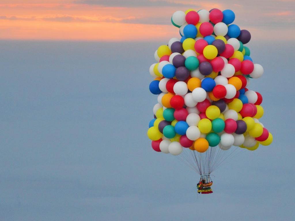 Trappe wilde in een rieten bak met daarboven 370 helium gevulde ballonnen de Atlantische Oceaan oversteken.