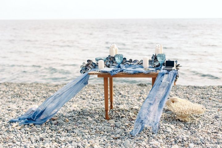 Beach wedding table setting in shades of ocean blue | fabmood.com #weddingtable #weddingtablescape #tablesetting #beachwedding #beachtablescape #oceanblue #mistyblue #mistygrey