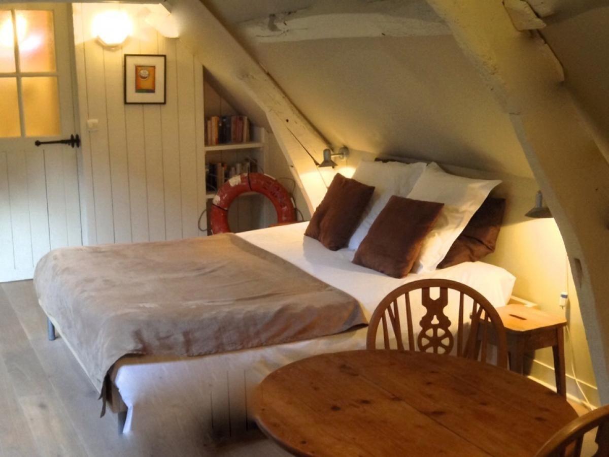chambre hotes honfleur location chambres d 39 h tes de charme honfleur en normandie la cour. Black Bedroom Furniture Sets. Home Design Ideas