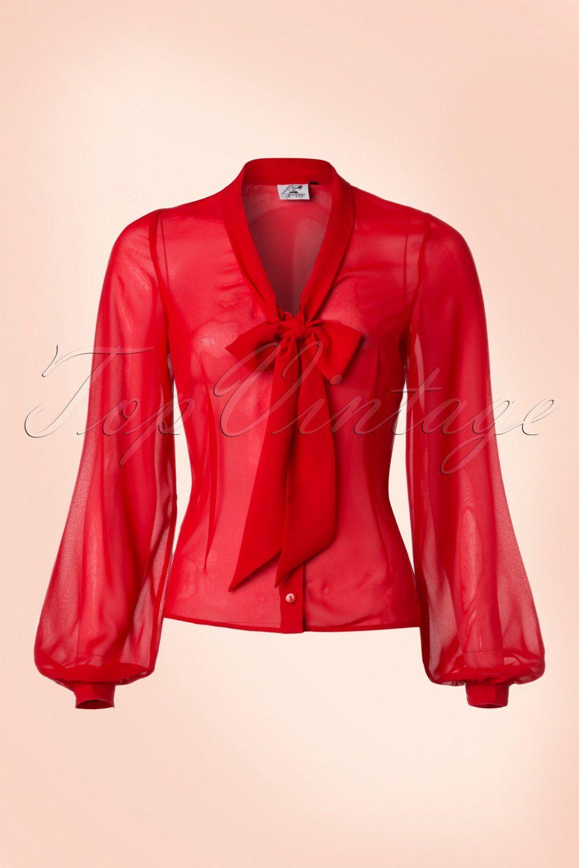 Deze40s Lynn Blouse is een ware fourties klassieker!  Deze klassieke schoonheid ademt elegantie dankzij haar lange mouwen met classy manchetten en speelse strikbandjes aan de halslijn, très elegantes!Uitgevoerd in een semi-transparant, lipstickrood stofje (stretcht niet) en afgewerkt met een rij rode knoopjes. Combineer met eenwijde pantalon voor een klassieke fourties look of match met een pencil voor een pittige twist, Lynn isone-to-have! &...