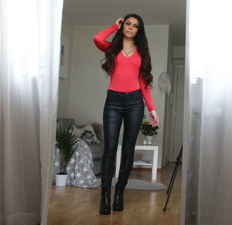 Stina Chic look Black brown hair and Black outfit Leather jeans Leather boots http://stina.blogg.