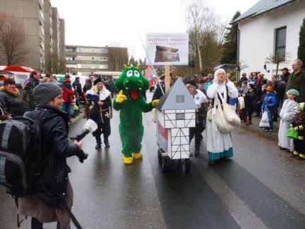 #Rosenmontag2014 Was für eine Freude: der Hattinger Wappendrache und Mitglieder des Heimatvereins beim Holthauser Rosenmontagszug - mehr Bilder unter http://wp.me/P2QlHh-1O
