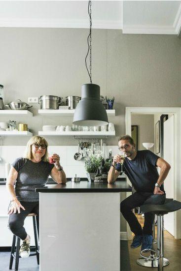 Der höhenverstellbare Kite Barhocker in Schwarz verwandelt jede - küche mit bar