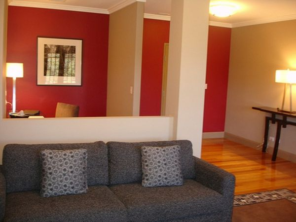 Wunderbar Wohnzimmer Streichen Idee   Rot Und Weiß Kombinieren Graues Sofa Dekokissen  Gemälde An Der Wand