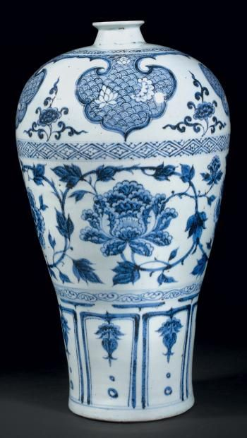 VASE DE FORME « MEIPING » en porcelaine blanche décorée en bleu sous couverte de pivoines et rinceaux feuillagés au dessus d'une frise de pétales stylisés. Chine style des Yuan. (Accident au col) H. 41 cm