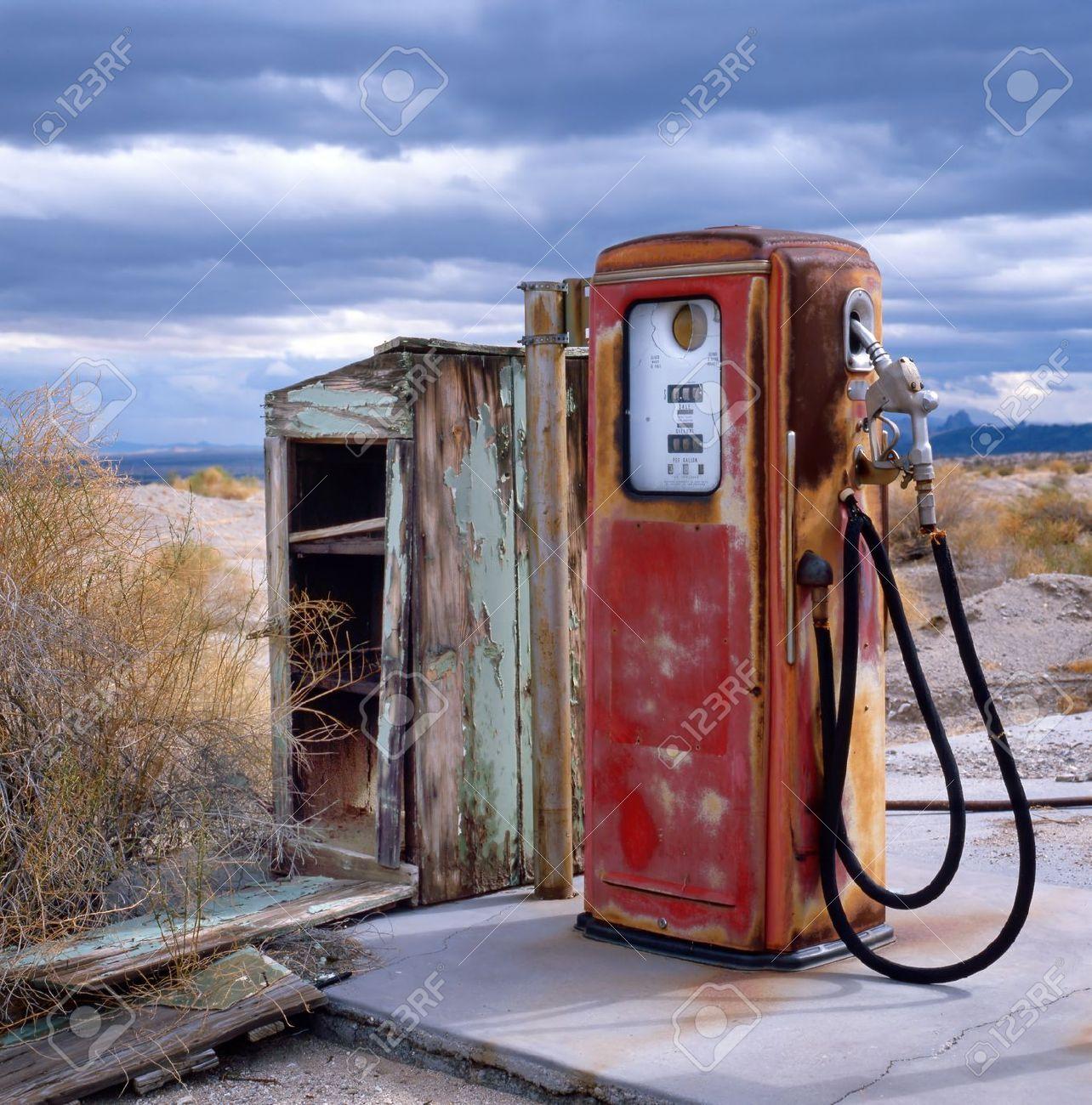 12725368-Gasolinera-en-la-ciudad-fantasma-en-la-frontera-del ...