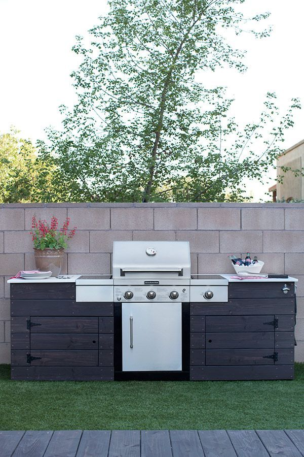 This grilling station is just one cool feature of this backyard makeover designed by Caitlin Ketcham of Desert Domicile. It's a low maintenance backyard, too! That's artificial grass you see in the photo. See it all on The Home Depot Blog. || @desertdomicile #backyardmakeover