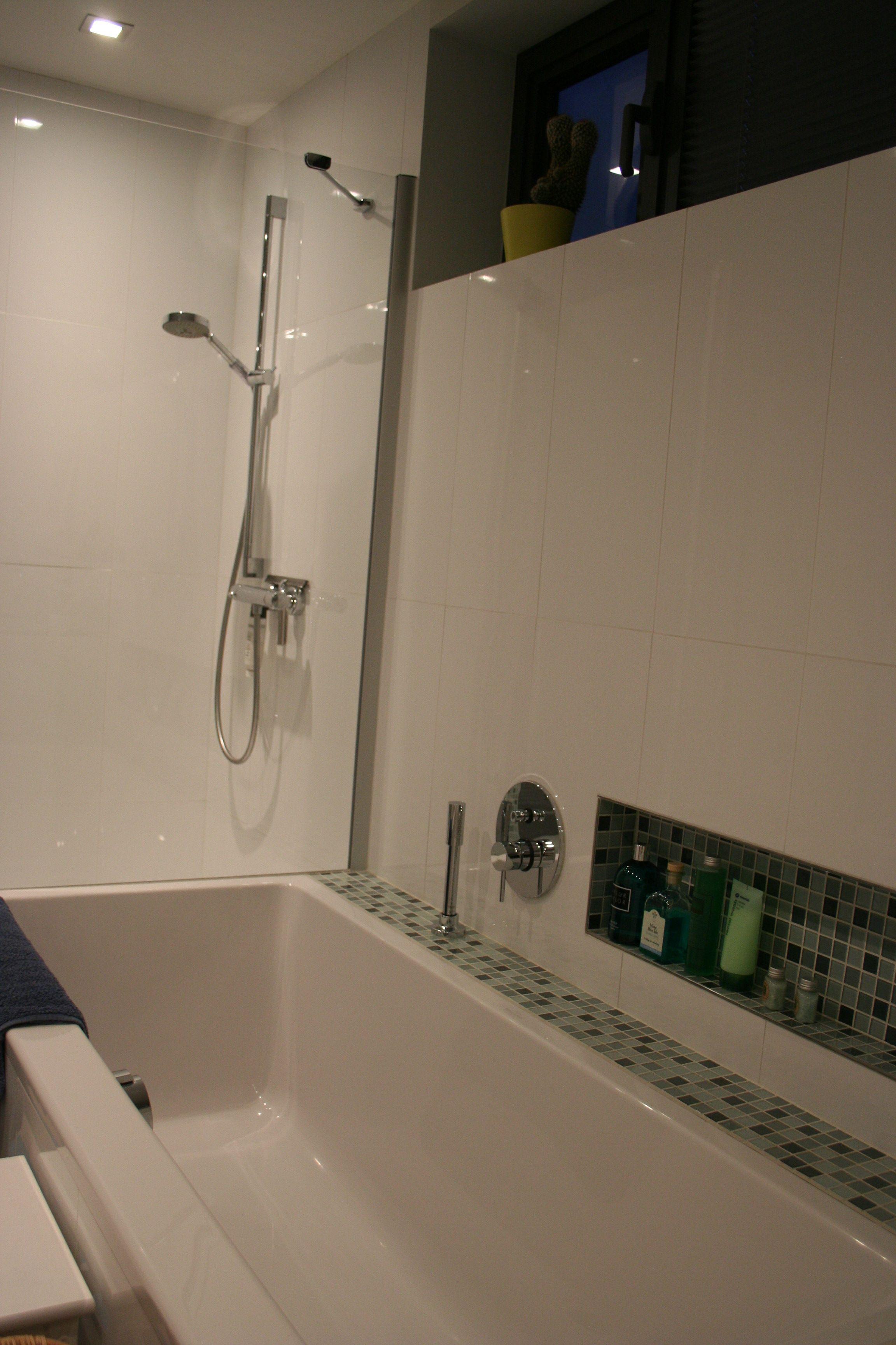 badkamer douche en bad witte tegels en mozaà ekjes architect