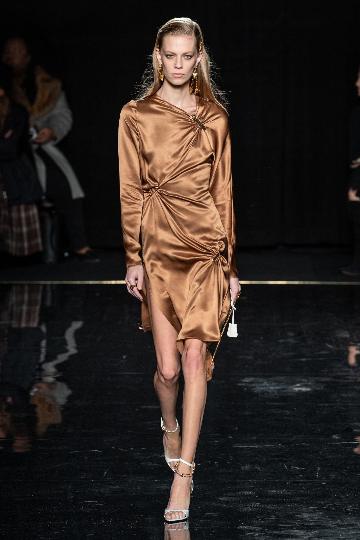 Versace коллекция   Коллекции осень-зима 2019 2020   Нью-Йорк   VOGUE 81d4773aa29