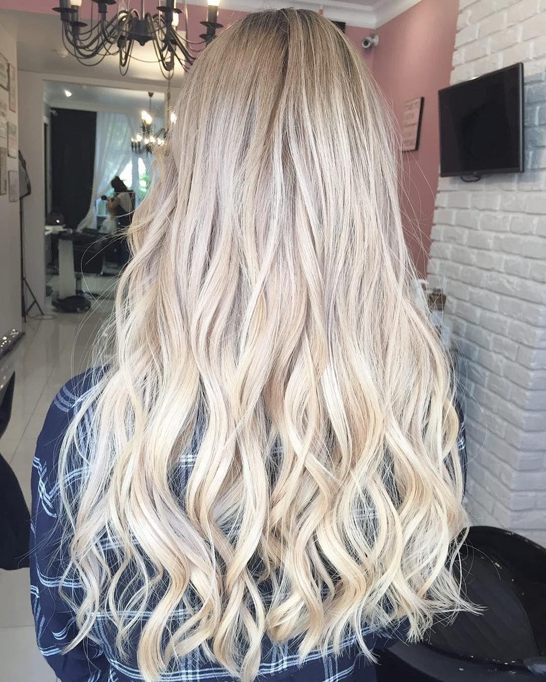 Блонда на фоне люстры
