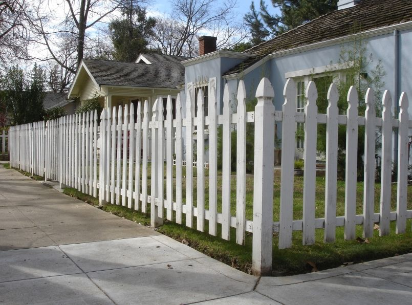 26 White Picket Fence Ideas And Designs Fence Design Front Yard