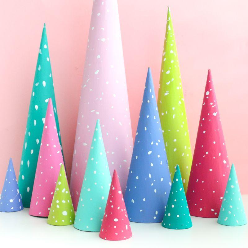 Diy Snow Dotted Cone Trees Con Imagenes Navidad Caprichosa