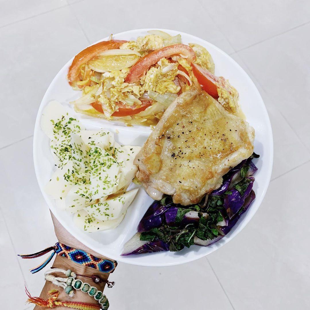 我發現分隔盤真的很好用 而且只要洗一個盤子 不用洗四個😎 #delicious #dinner #chickenleg #eggplant #frie...