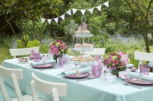 tisch eindecken mit tischdeko in hellblau und rosafarbigen teller, Terrassen ideen