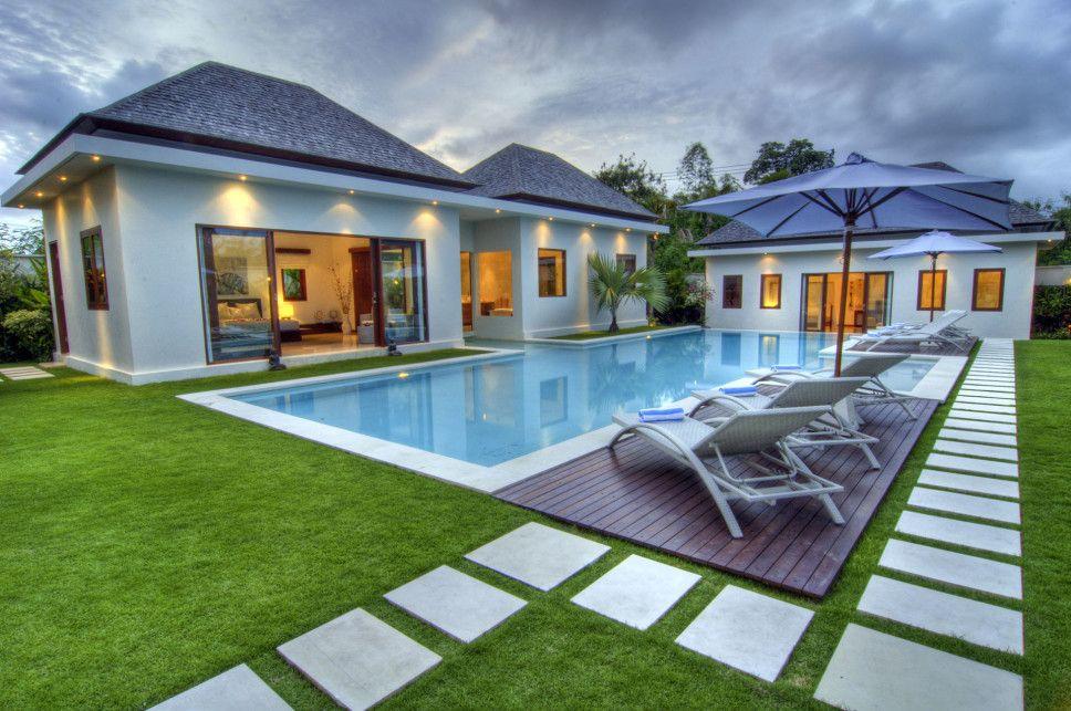 Uma area de lazer com piscina e grama sintética funcional