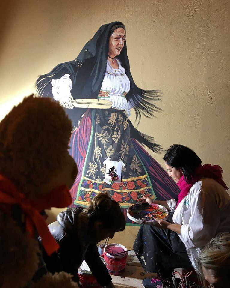 San Gavino Monreale. Pina Monne mentre realizza un murale ...