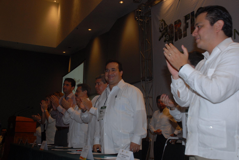 Ante diversos diputados locales asistentes y el Secretario de Finanzas y Planeación, Tomás Ruiz González, el jefe del Ejecutivo reconoció el esfuerzo permanente del Órgano de Fiscalización Superior para orientar y capacitar a las autoridades municipales.