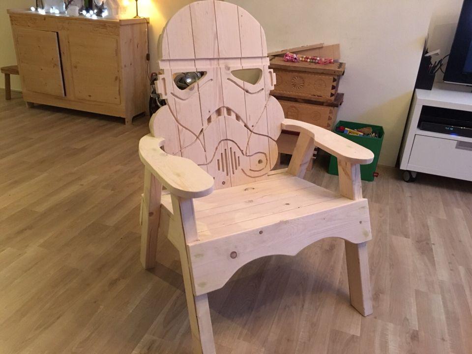 Stormtrooper - stoel Gemaakt van steigerhoute planken dik ca 25 mm. Gezaagd met decopeerzaag, gevreesd met bovenfrees inklaar gelijmd en gaten opgevuld met hout vuller afgeschroef / geschuurd.