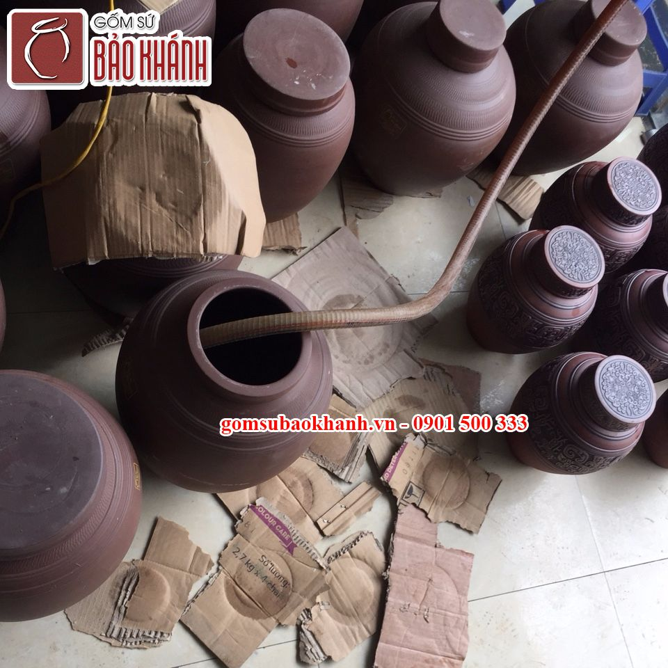 Các chum sành của Bảo Khánh đều được kiểm tra, ngâm kỹ với nước để đảm bảo không bị ngấm, rò nước trước khi bán ra cho khách hàng.