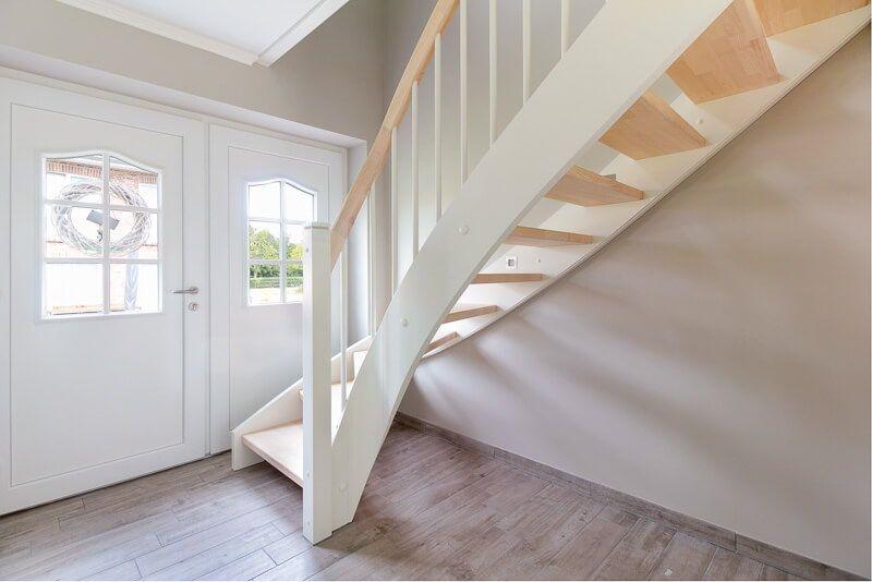 Hauseingang innen mit Landhaus Treppe aus Holz ...
