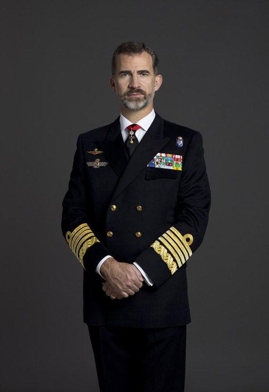 Felipe VI estrena retratos oficiales Uniforme de diario de Capitán General de la Armada. En todos los casos, lleva además la venera del Toisón de Oro en la corbata, de color negro. © Casa de S.M. el Rey / Gorka Lejarcegi
