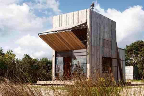 """Crosson Clarke Carnachan Architects diseñan una """"cabaña / trineo"""" en las costas de Nueva Zelanda."""