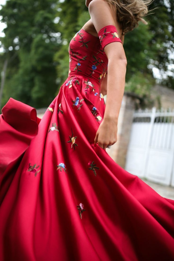 Trend memo day statement red red embroidered floral gown gold