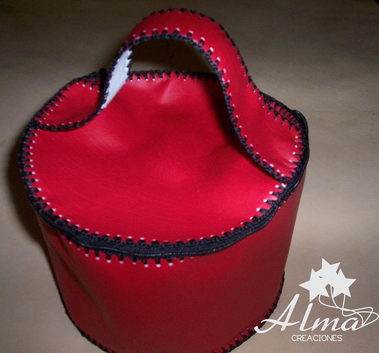 Bolsito redondo en cuerina, rojo con interior blanco, cierre superior.
