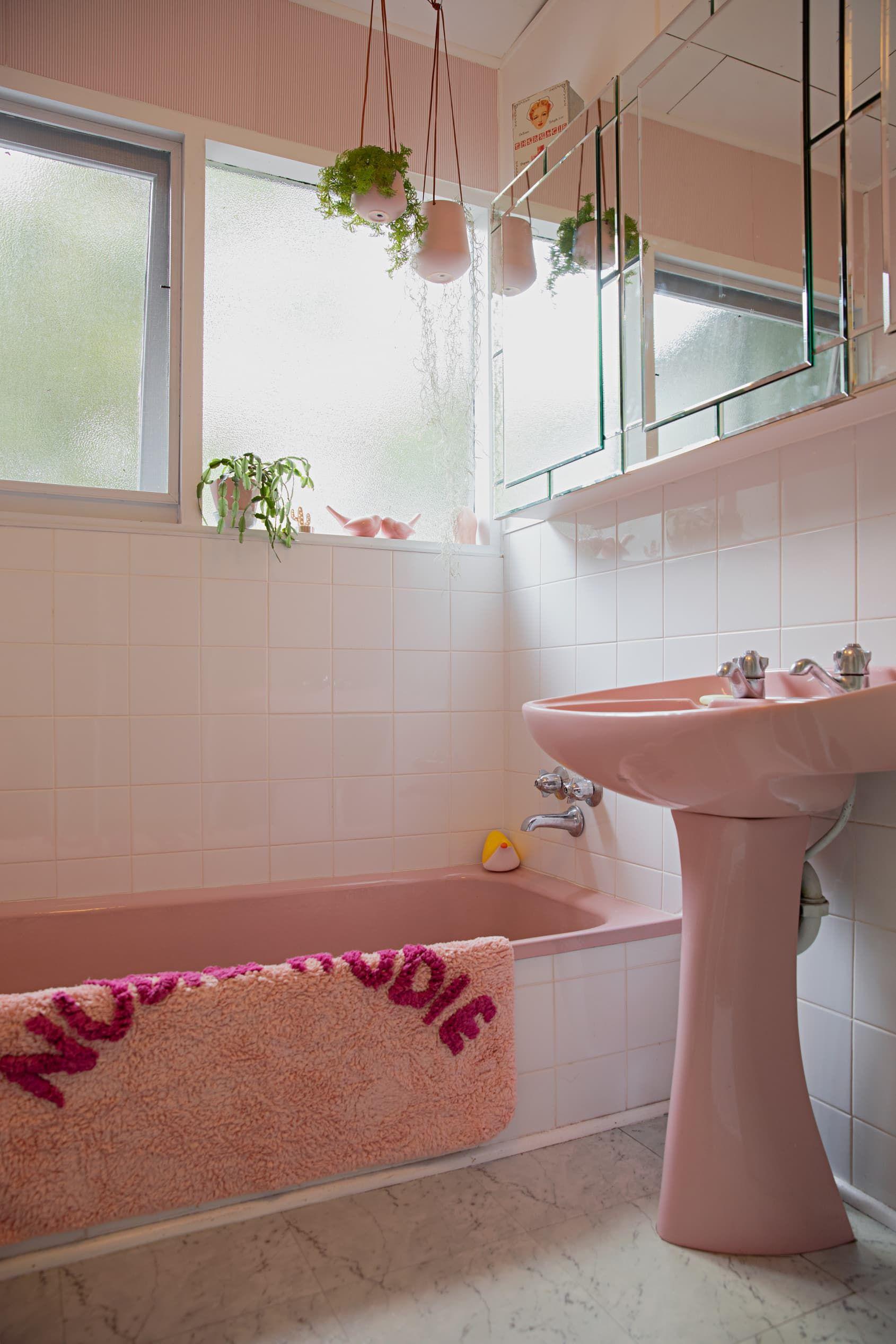 This Australian Retro Beachside Home Is Cute And Colorful Pink Bathroom Vintage Retro Bathrooms Retro Home Decor [ 2535 x 1690 Pixel ]