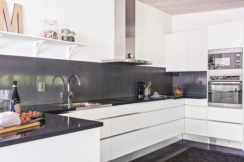 köket är från ballingslöv och inredningen går i ljusa toner, varvat