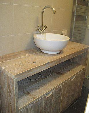 Idee voor badkamermeubel. Met twee waskommen en kranen? Open ruimte en onder deurtjes.