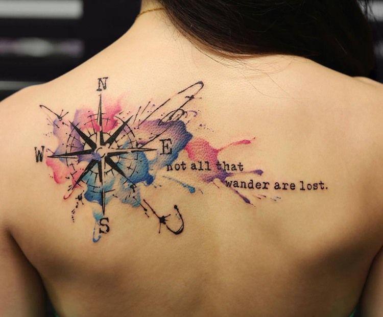 tatouage rose des vents de style water color avec citation de Tolkien