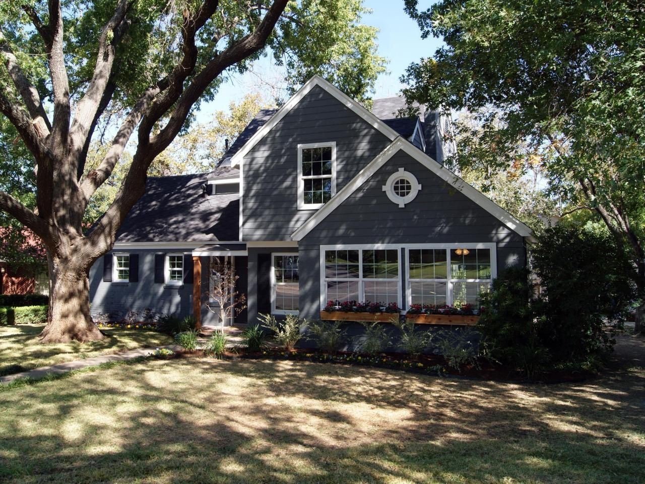 Photos hgtv 39 s fixer upper with chip and joanna gaines - Hgtv exterior paint color schemes ...