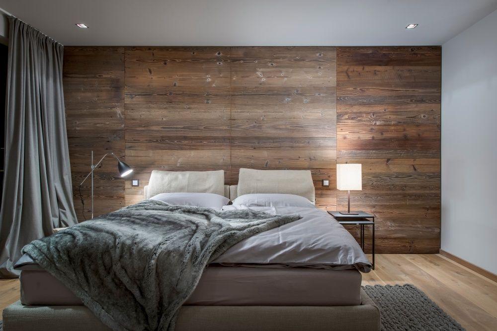 Ein Edles Schlafzimmer Mit Altholz Wand Und Pelzdecke. Es Ist Teil Eines  Luxus Apartments In Kitzbühel. Die Dunkle Altholzwand Passt Perfekt Zum  Boden.