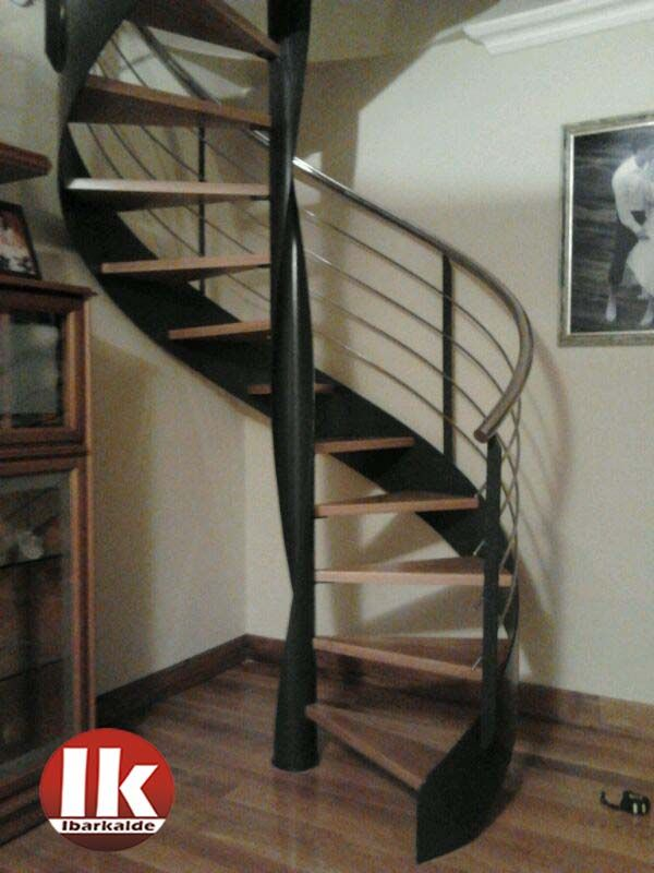 Escalera de caracol con estructura met lica y pelda os de madera lacada en negro escaleras - Escaleras de hierro y madera para interiores ...