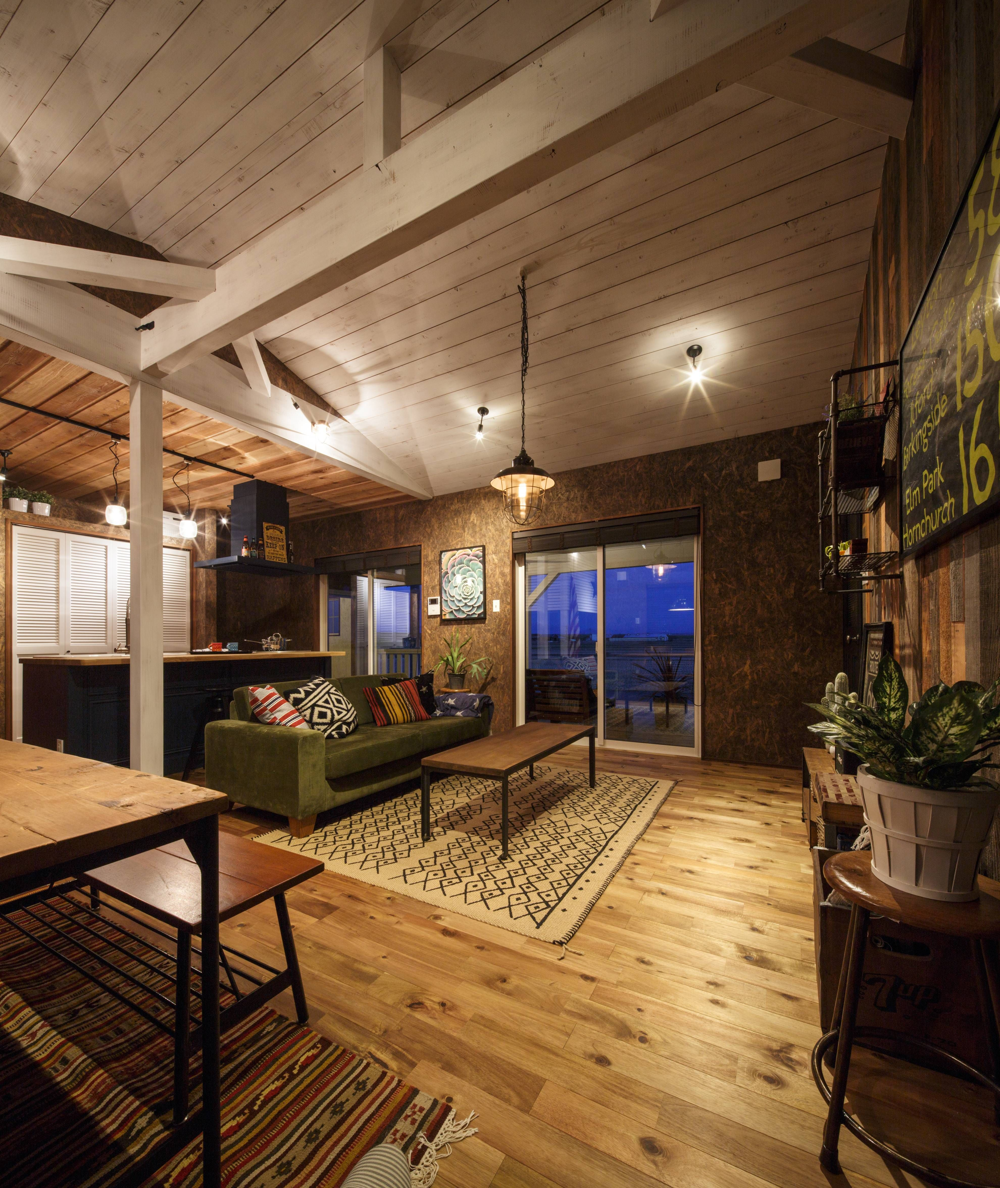 壁面にはosbや古材 天井も板張り ビニールクロスを一切使わない空間