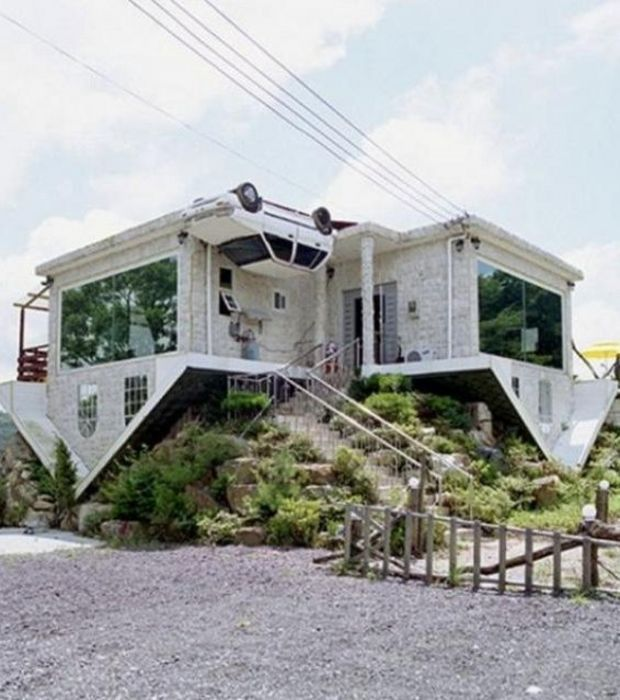 cette maison totalement à l'envers est l'oeuvre de l'artiste