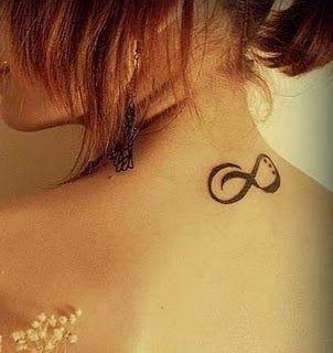 Joli Tatouage Signe Infini Sur La Nuque D Une Femme Tatouage Avec
