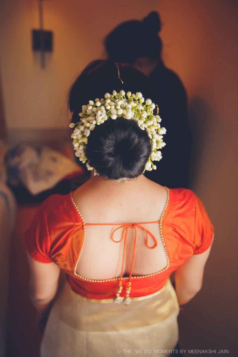 Naveen Venisa Chennai An Intimate South Indian Wedding Held At Mk Mahal Chennai Bridal Hair Buns Traditional Hairstyle Indian Hairstyles