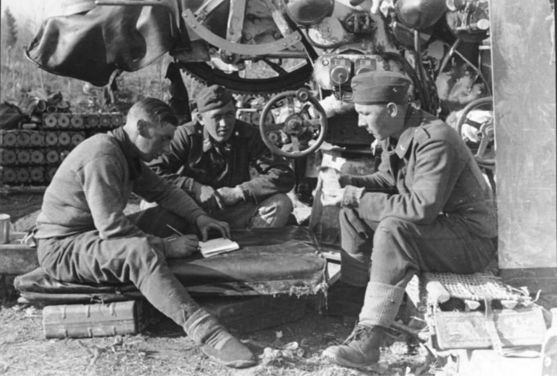 Januar 1942 - Sowjetunion.- 1. Flak, Soldaten bei Pause....der rechte mischt Karten; der linke schreibt Tagebuch oder führt die Spielkonten