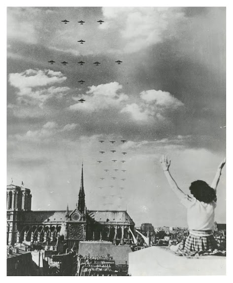 From the Embassy's archives: a woman celebrates as Allied planes fly over Paris. #DDay70 #FranceWillNeverForget pic.twitter.com/OwZP5trv9I