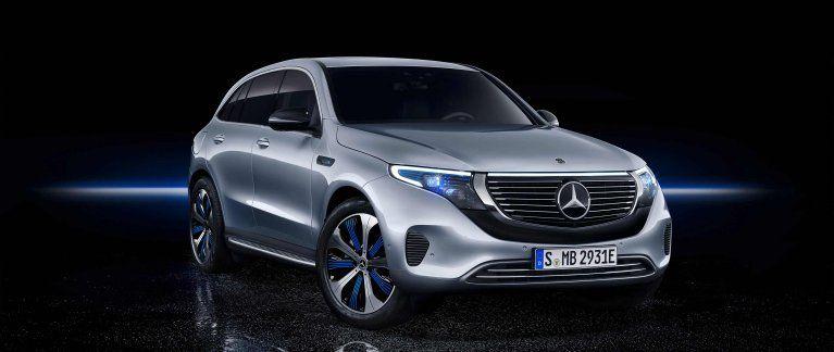 Der Neue Mercedes Benz Eqc 400 4matic N 293 In Hightechsilber Im Fotostudio In Der Vorderansicht Mercedes Benz Benz Elektrofahrzeug