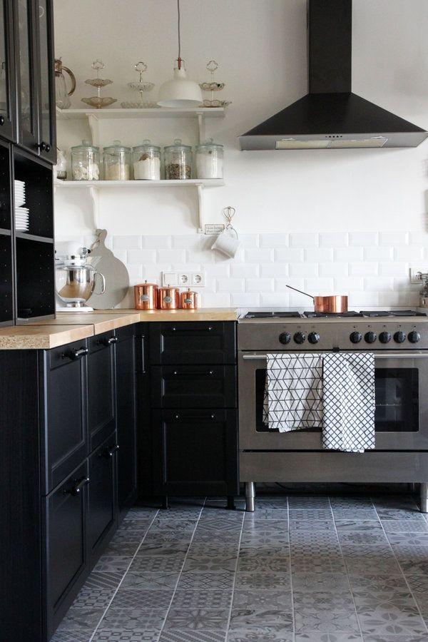 Skandinavische Wohnkuche Mit Kupferdetails Haus Kuchen Fliesen Kuche Kuche Schwarz