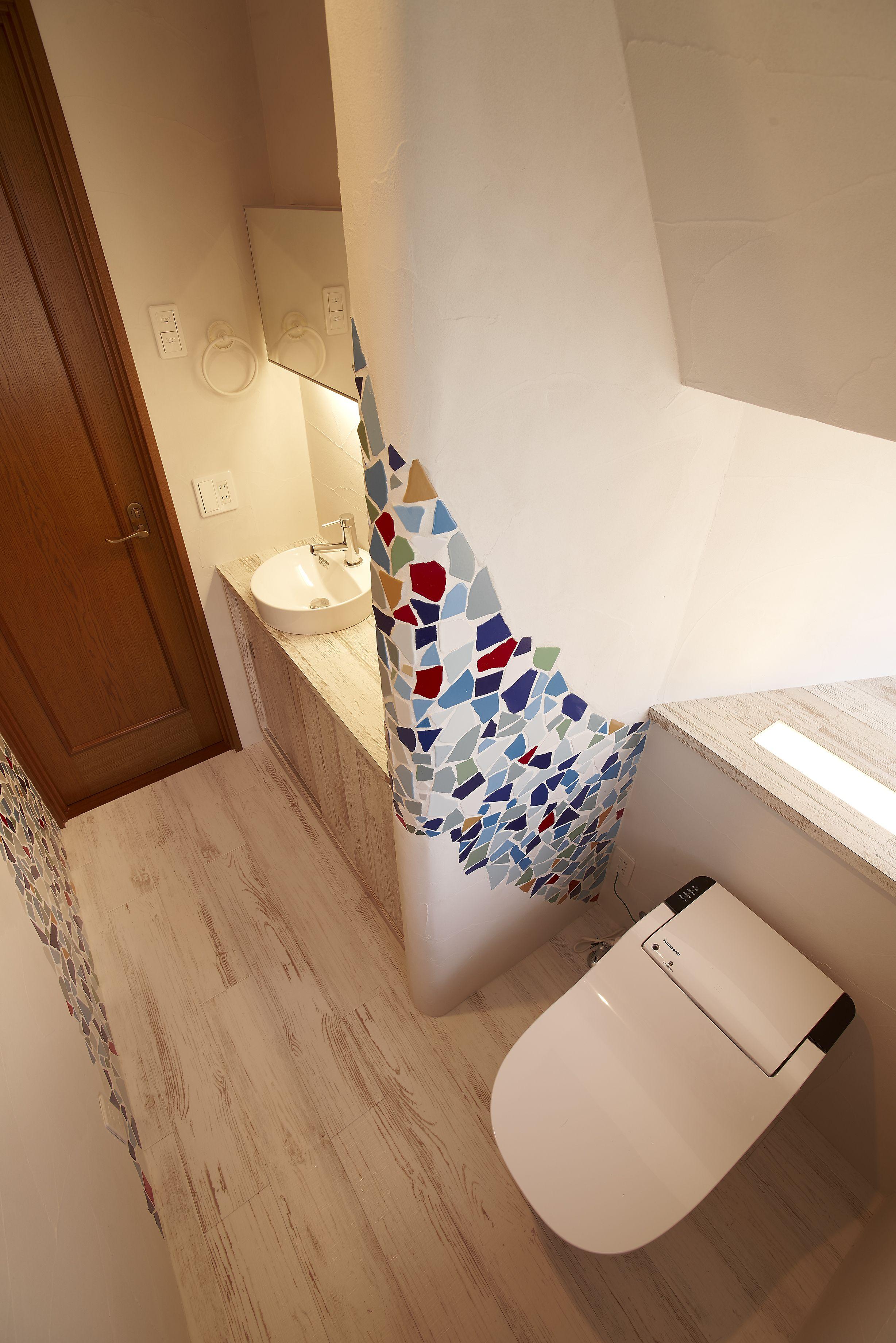 カラフルなクラッシュタイルを流れるように貼った個性的なトイレの