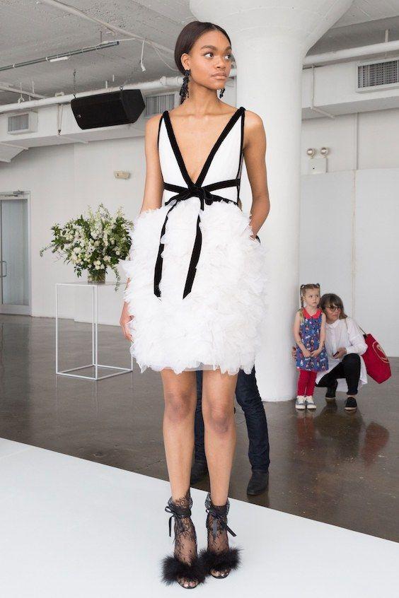 cfbfa174a Apuesta a la elegancia y a la comodidad con los vestidos de novia de  Marchesa 2018 cortos. Este modelo sin mangas