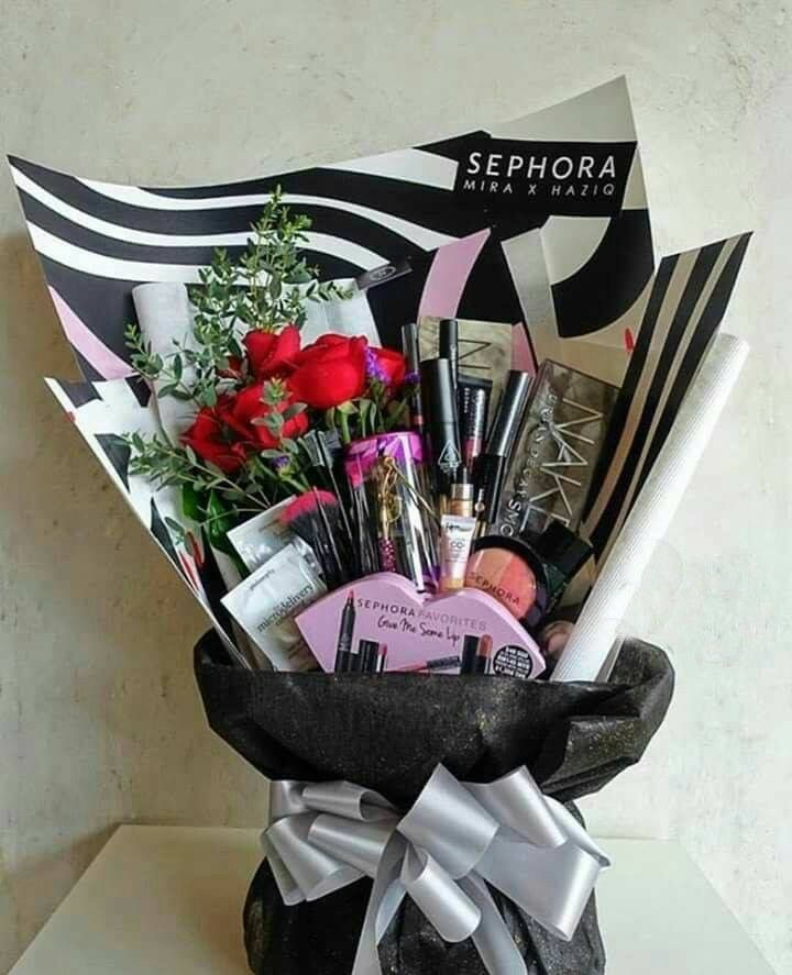 Holiday Gift Ideas For Your Mom Wife Girlfriend Daughter Ideas De Regalo Para Esta Temporad Makeup Gifts Basket Makeup Bouquet Gift Valentine Gift Baskets