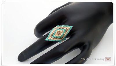 The Heart BeadingOs materiais utilizados na confecção do anel turquesa e dourado: - delica beads 11/0, cores: color-lined sparkle crystal/taupe (#db0907), opaque luster lt beige (#db0204), opaque matte turquoise green (#db0759) - toho seed beads 15/0, cor: opaque turquoise (#55) - 4mm Swarovski Xilion bicone, light colorado topaz - Linha One G, cor: marrom;