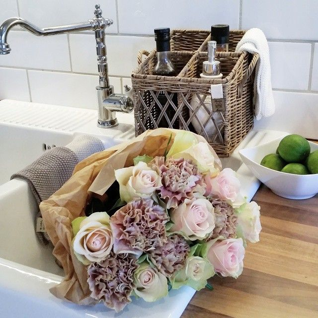 #ShareIG  følelsen av vakre blomstrer på en regnværsdag  #inspohome#shabbyyhomes#mynorwegianhome#classyinteriors#eleganceroom#interior2you#interior4all#wonderfulrooms#myinterior#interior123#interiorstyled#interior125#ninterior#interiorharmoni#roomforinspo#interiorforinspo#instadecor#instahome#decoration#interior4you1#interiorandhome#interior